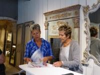 Atélier des couleurs - Liz e Monique sfogliano il catalogo dei colori