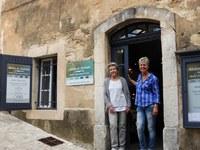 Atélier des couleurs - Liz e Monique sulla soglia della bottega d'arte
