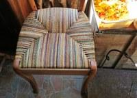 Pastellière d'un jour, una sedia impagliata con le fibre multicolori