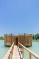 La capanna galleggiante rotonda si raggiunge dal pontile © Cabanes Nature & SPA