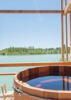 La vasca idromassaggio 'vista lago' © Cabanes Nature & SPA