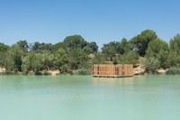 Una delle capanne galleggianti del Domaine des Grands Cépages © Cabanes Nature & SPA