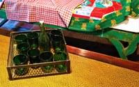 La malle des Indes, bottiglia e bicchieri colorati