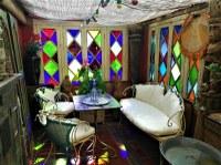 La malle des Indes, salotto bianco e vetrate colorate
