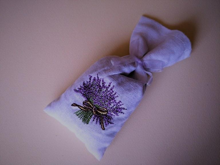 Lavanda, raffinato sacchettino profuma biancheria ricamato a mano