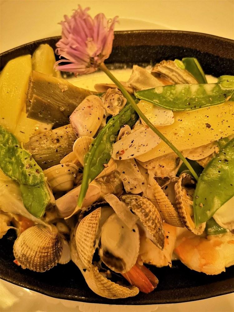 A la Table de Nicolas, marinière di coques e gamberetti