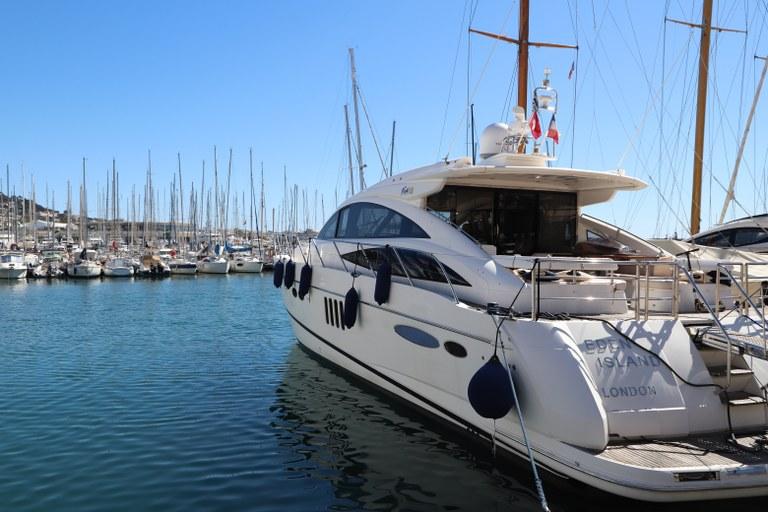 All'attracco nel porto di Cannes