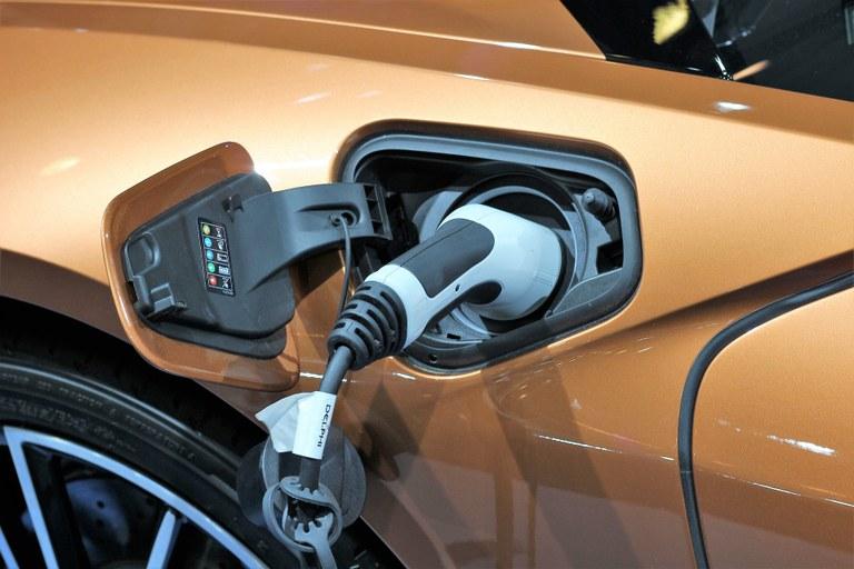 Automobile elettrica in ricarica