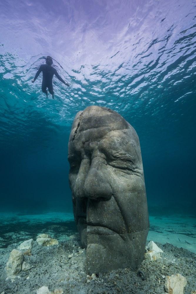 Cannes, ecomuseo sottomarino, le sculture si trovano da 3 a 5 metri di profondità © J. deCaires Taylor