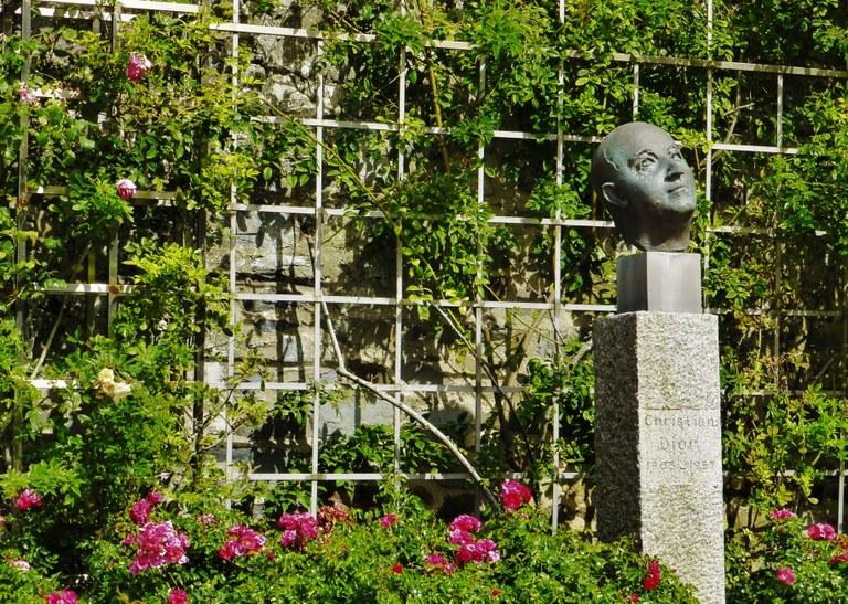 Christian Dior, scultura nel giardino della Maison-musée Dior a Granville, Normandia