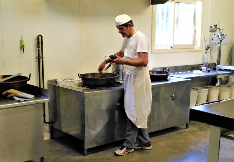 Confiserie du Mont Ventoux - Thierry Vial fa bollire lo zucchero  per la pasta dei berlingot