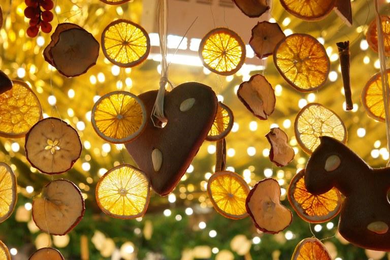 Decorazioni di agrumi della Costa Azzurra al mercatino di Natale