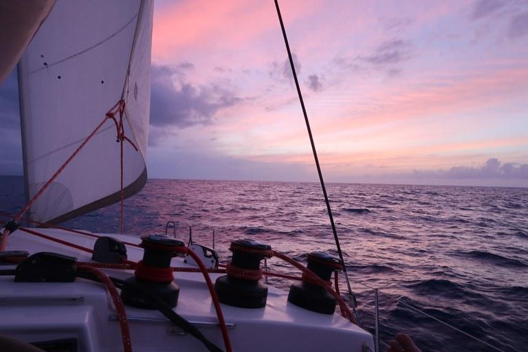 Effetto tramonto in catamarano