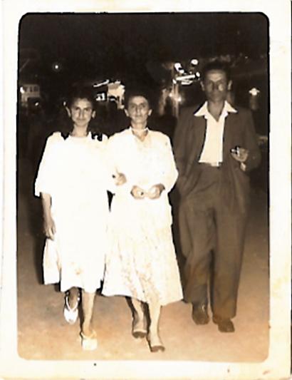 Eliane Viti con i genitori alla festa di Manosque - 1958