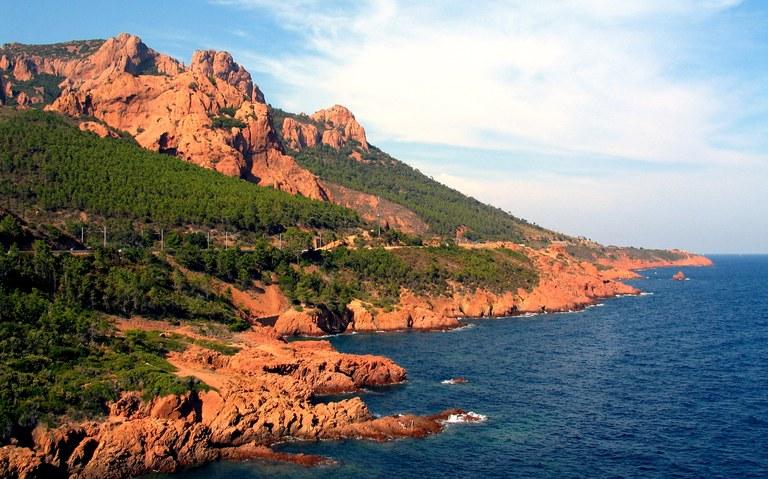 Estérel, il contrasto le rocce e il mare