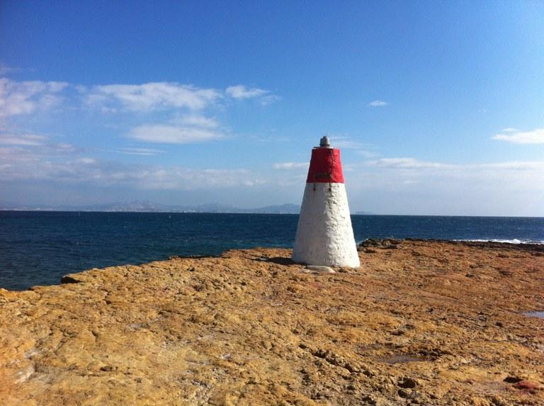 Faro lungo la costa provenzale oltre Marsiglia