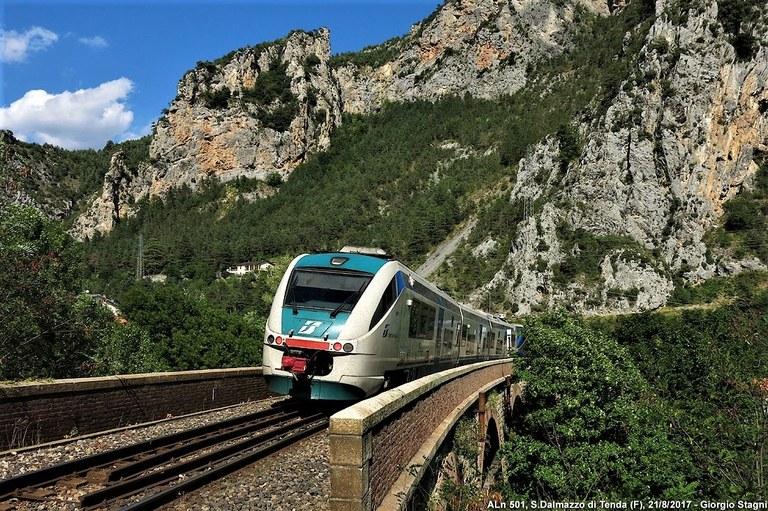Ferrovia Cuneo-Ventimiglia-Nizza, tra verde e pareti rocciose © Giorgio Stagni