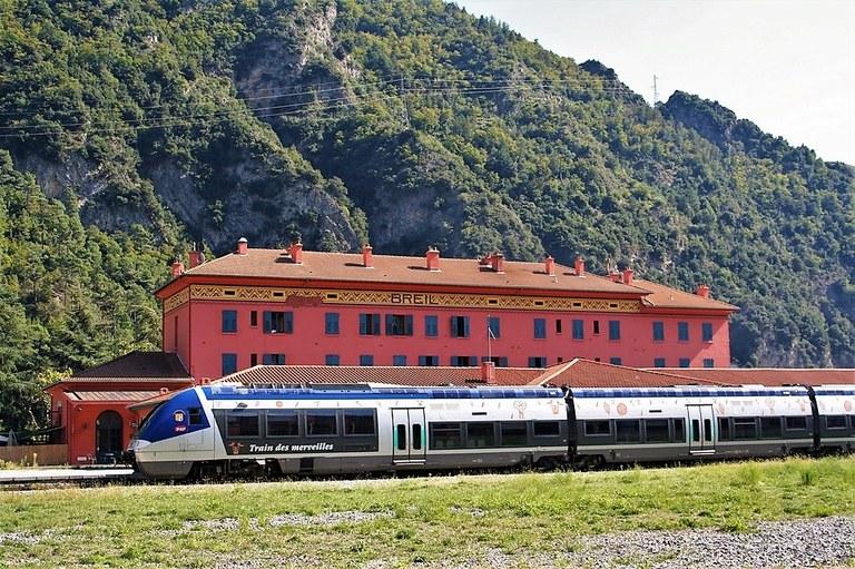 Ferrovia Cuneo-Ventimiglia-Nizza, treno nella stazione di Breil