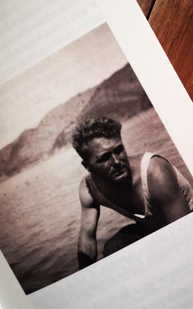 Georges Simenon mentre attraversa il Mediterraneo in barca