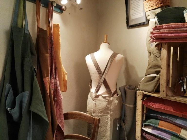 Hand Co, i grembiuli e i cuscini di l'Atelier des ficelles - Foto: redazione