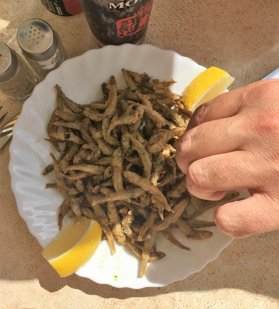 I pesciolini dorati mange tout si mangiano... con le mani