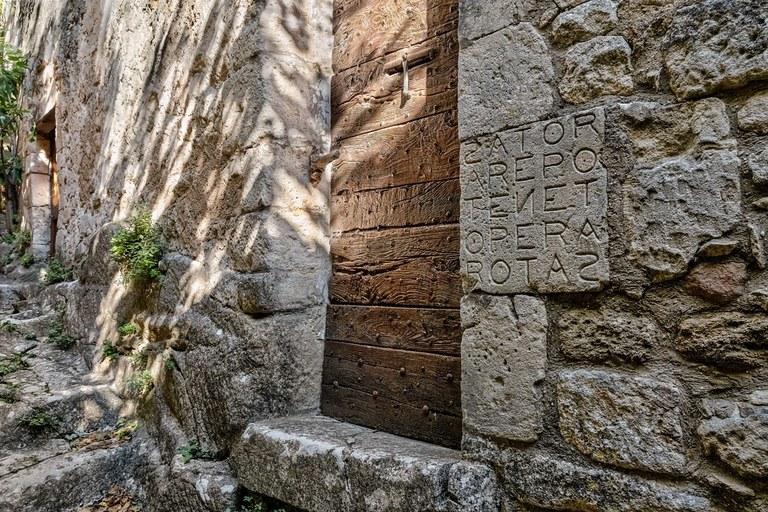 Il Sator di Oppède-le-Vieux, alla destra del portone