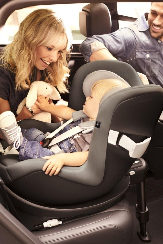 Il seggiolino è montato in modo da trasportare il bambino rivolto contro il senso di marcia - Foto © CYBEX