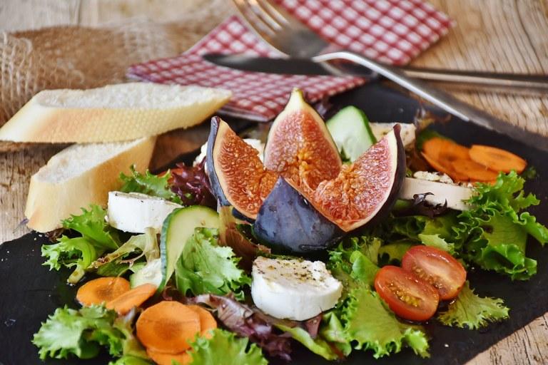 Insalata di formaggio di capra, fichi e verdure di Provenza