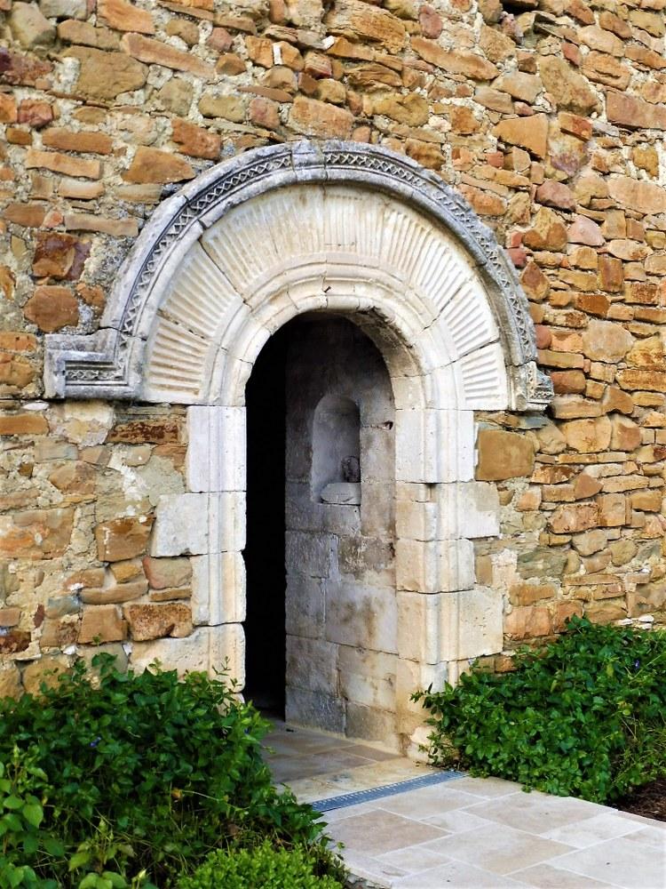 La porta d'ingresso dell'abbazia di Valsaintes