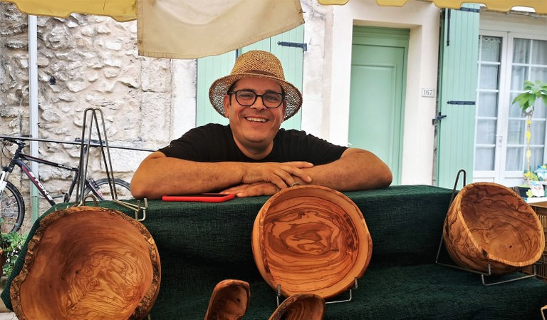 Lami Labidi, dietro il banco di legno di ulivo