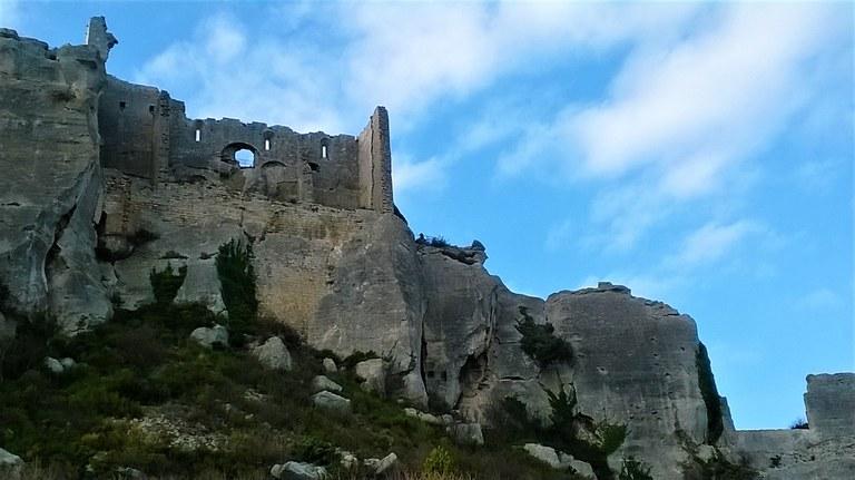 Le rovine del castello di Les Baux a picco sulla roccia