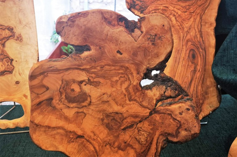 Legno di ulivo, la forma irregolare dei taglieri