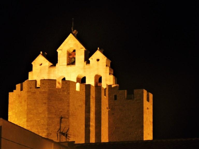 Les-Saintes-Maries-de-la-Mer, la chiesa fortezza nella notte