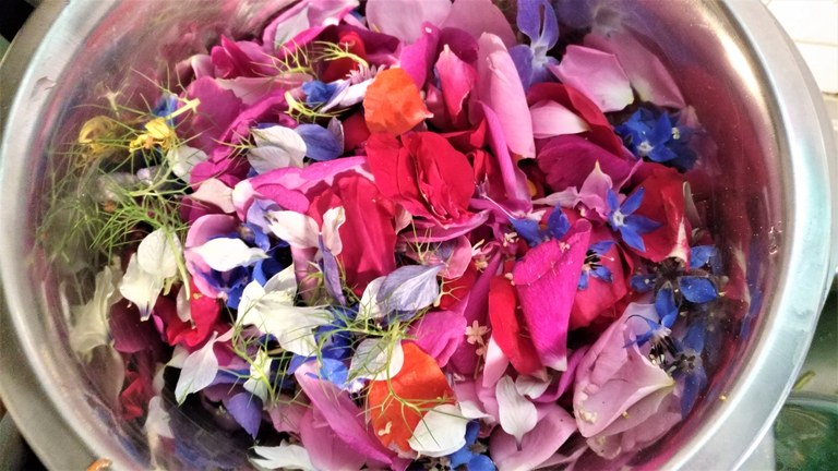 L'insalata di petali di fiori di Roseline