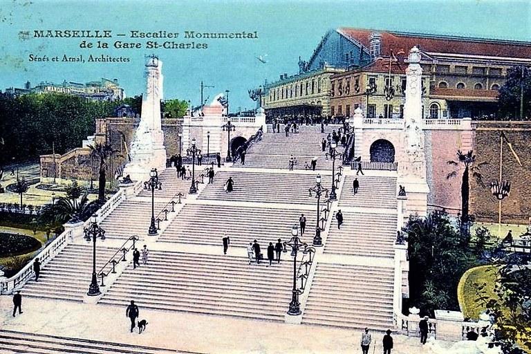 Marsiglia, la scalinata della Gare Saint-Charles in una vecchia immagine a colori