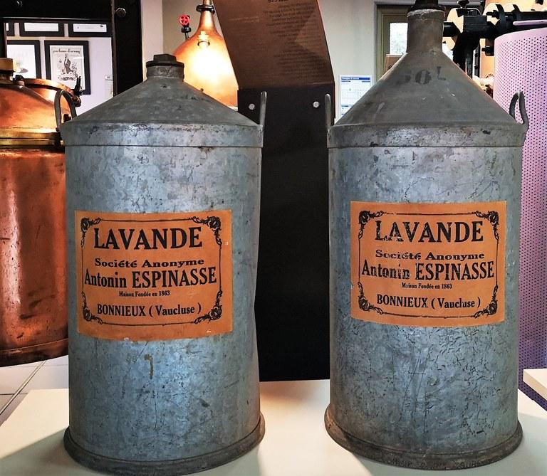 Musée de la Lavande, i fusti per il trasporto della lavanda