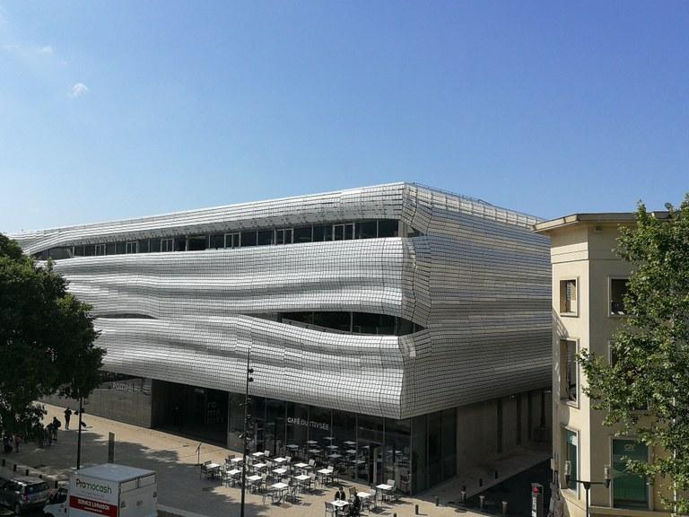 Nîmes, il Musée de la Romanité visto dall'arena