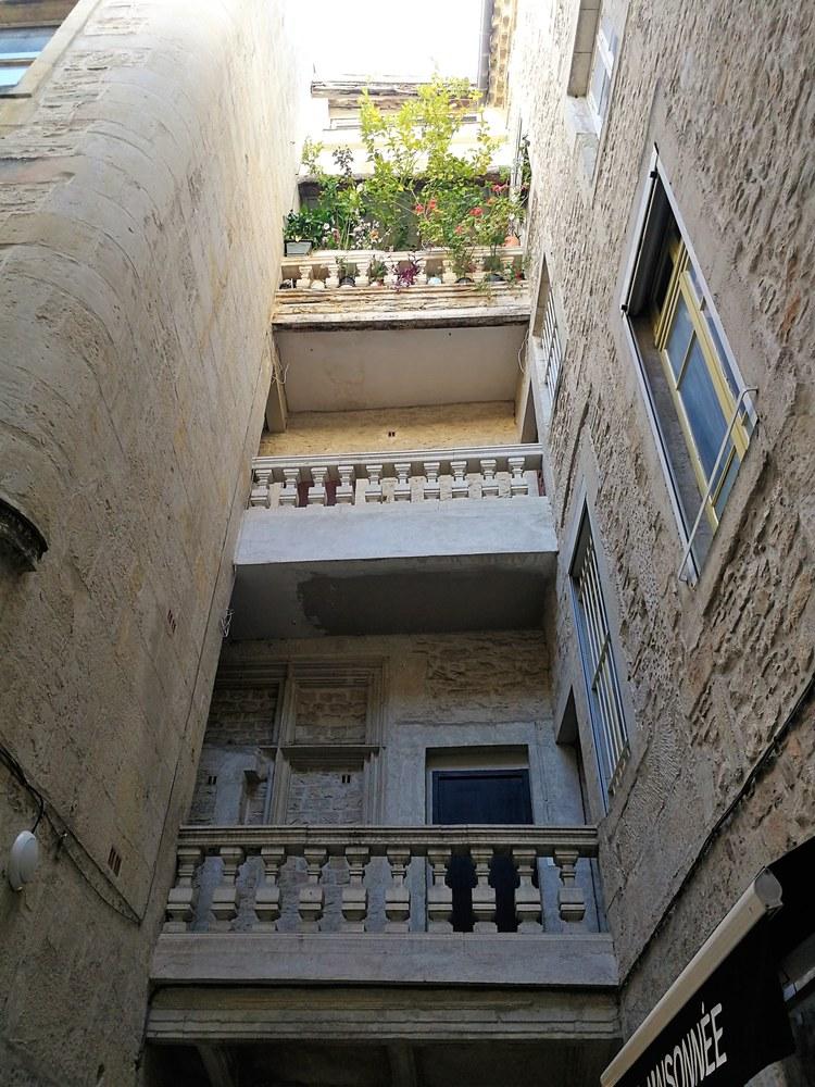 Nîmes, un cortile tra le vie del centro