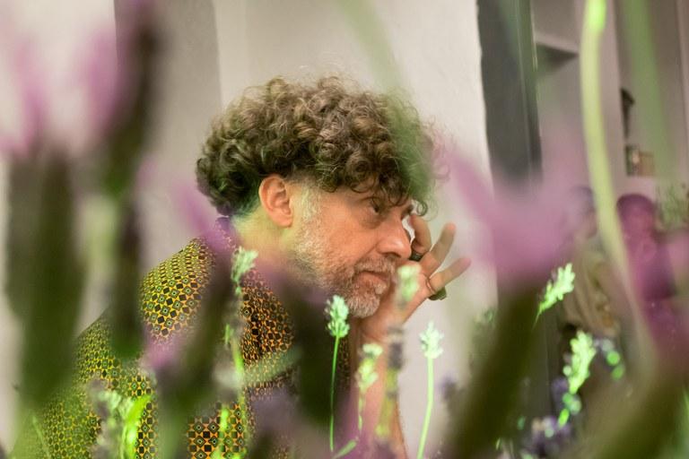 Philippe, artista giardiniere di Pret à Parler, tra le sue piante di lavanda