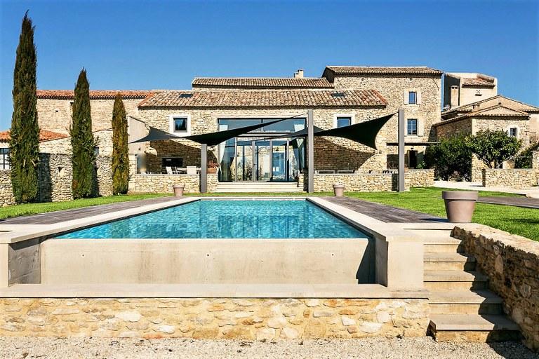 Proprietà con edifici in pietra e piscina a Gordes
