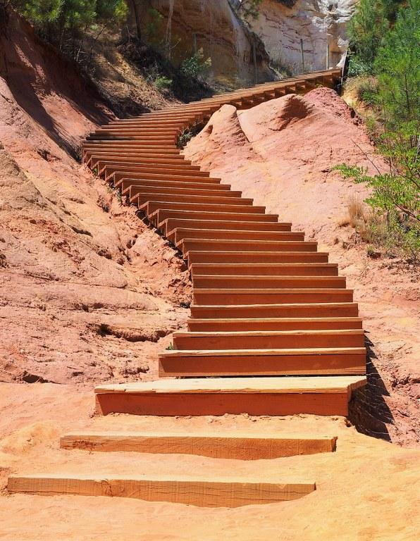 Roussillon, scalinata lungo il sentiero delle ocre