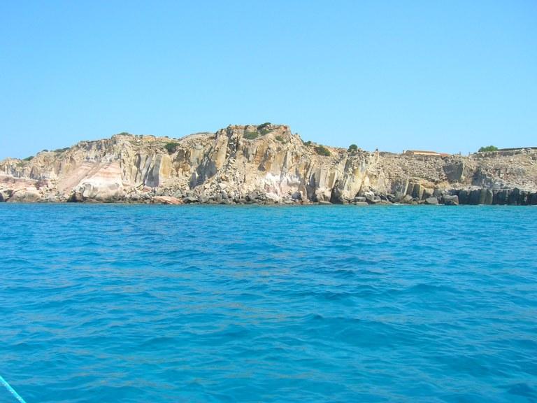 Scogliere dell'isola di San Pietro, Sardegna - Foto Sandrino - Wikimedia Commons
