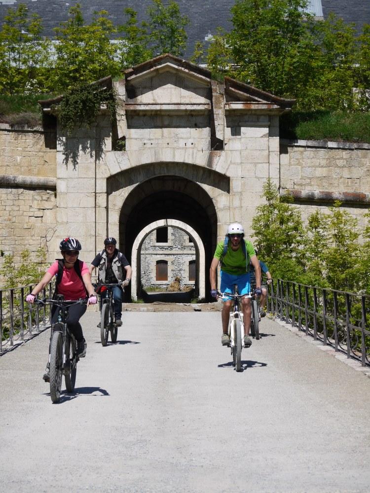 Serre Chevalier Vallée Briançon, nel forte con la bici elettrica © Service du Patrimoine