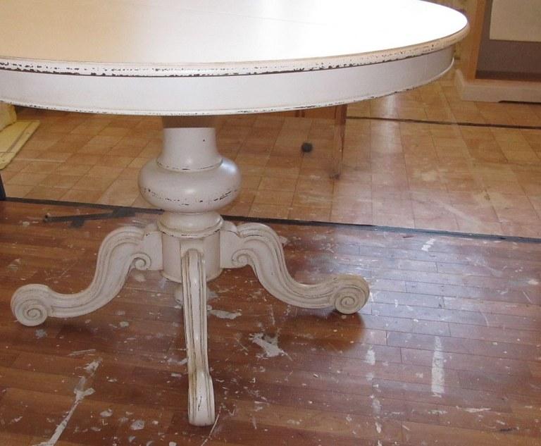 Si potrebbe ridipingere di bianco un vecchio tavolo