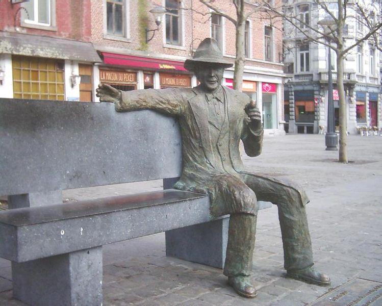 Statua di Georges Simenon a Liegi - Foto: © Wikipedia