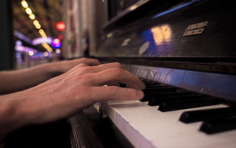 Un pianoforte, un ragazzo si è seduto a suonare