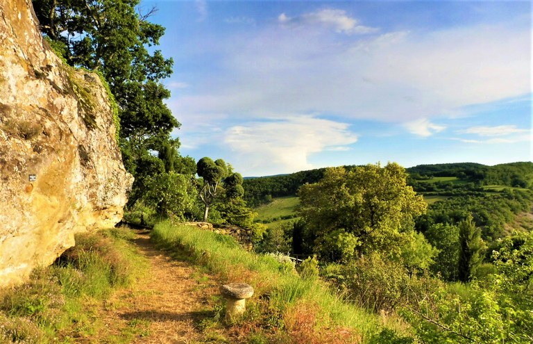 Un sentiero attraversa i giardini di Valsaintes