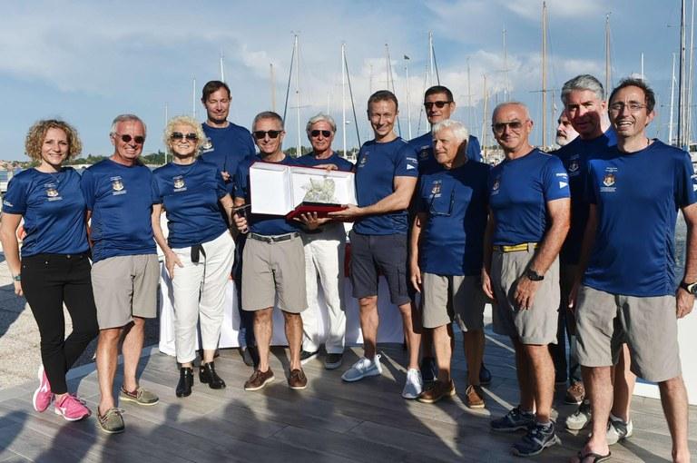 Venezia, il team di Strale si aggiudica il V Trofeo Principato di Monaco. Terza da sinistra Anna Licia Balzan, Console Onorario del Principato, ideatrice della regata.jpg