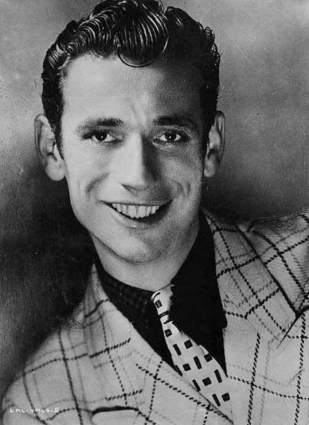 Yves Montand nel 1940 - Immagine Mondadori Publishers