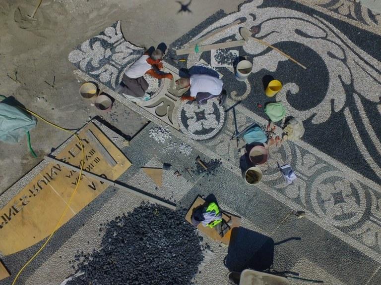 Zoagli - Operai al lavoro sul sagrato della chiesa San Martino © Darko Vittorio Perrone